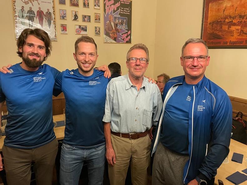 Arno Schott mit Christian Mayer, Manuel Hohenleitner und Michael Bösl nach der Mitgliederversammlung 2021